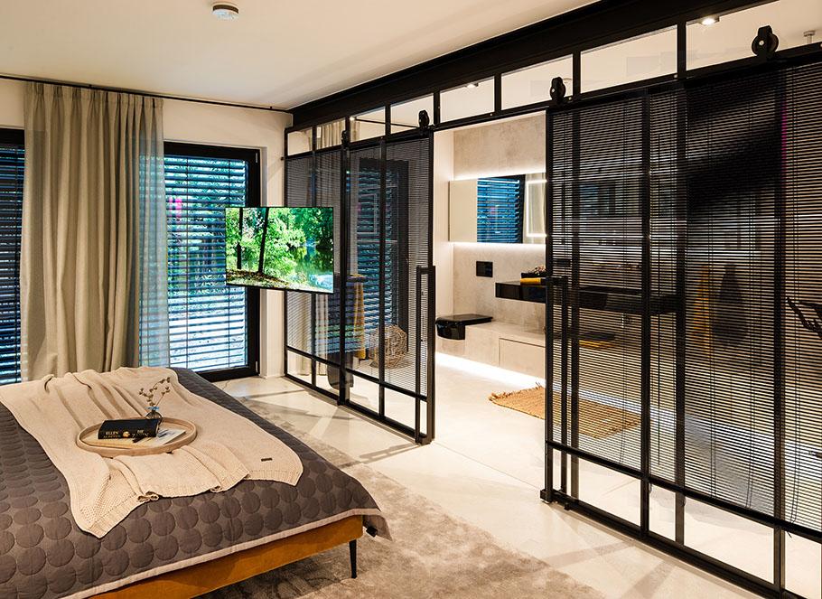 Schlafzimmer und Masterbad mit Sichtschutz